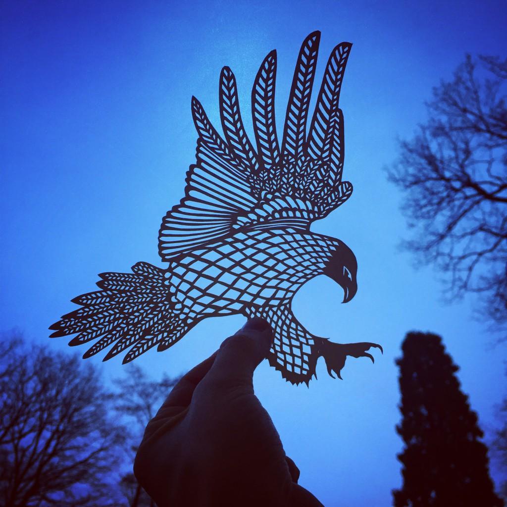 Papercuts von Jo Chorny / Peaceofpaper1 /// Eagle /// Zarte Silhouetten voller Kreativität mit dem Skalpell in Hammerschlagpapier geschnitten. Wundervolle Kunstwerke, und eine Herausforderung für jeden DIY-Liebhaber. /// Jetzt im Blog auf blog.papierdirekt.de