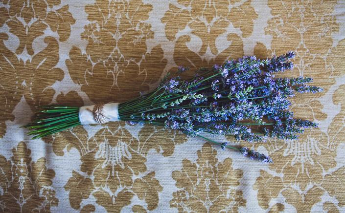 Lavendelstrauss. DIY-Hochzeit mit Boho-Elementen. Wie aus Eigenheiten etwas Besonderes wird. Neu im Papier Direkt Blog unter blog.papierdirekt.de copyright: Thomas Epping