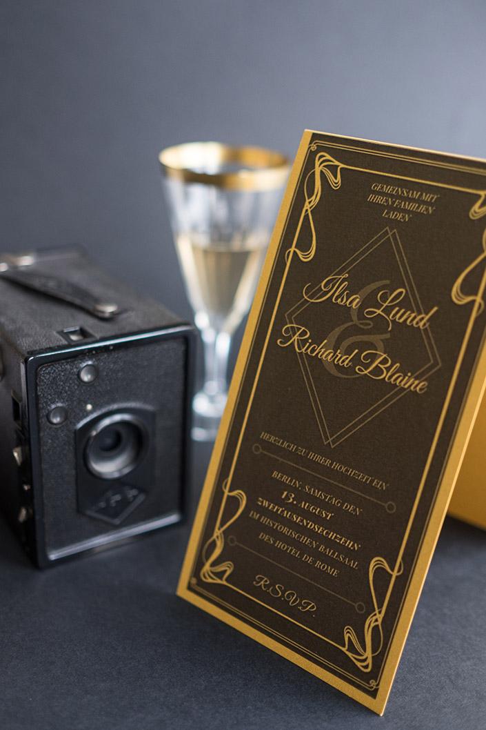 Hochzeit à la Hollywood Glamour /// Einladungskarte im Stil des Art Déco und Jugendstil /// Hochzeit feiern im Stil glamouröser Hollywoodtage. Jetzt im Blog bei Papier Direkt. blog.papierdirekt.de