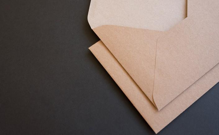 Jetzt im Papier Direkt Blog auf blo.papierdirekt.de /// Kraftpapier hat sich fest etabliert.Nun hat die Muskat Kraftpapierfamilie Zuwachs: Eine weitere Briefhülle im Format B6, erhältlich ab 7,95 EUR.