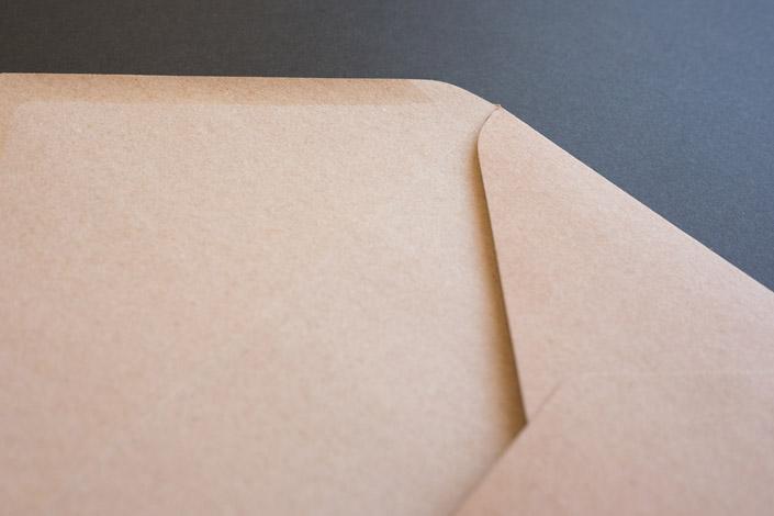 Jetzt im Papier Direkt Blog auf blo.papierdirekt.de /// Kraftpapier hat sich fest etabliert. Nun hat die Muskat Kraftpapierfamilie Zuwachs: Eine weitere Briefhülle im Format B6, erhältlich ab 7,95 EUR.