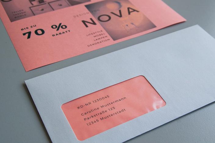 DIN lang Umschlag Conqueror gerippt in Farbe hellgrau, hier mit Color Trophée Pfirsich kombiniert für ein hochwertiges und pfiffiges Mailing