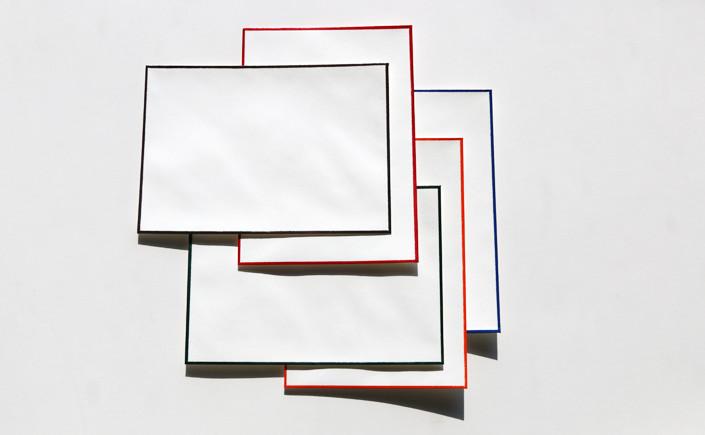 Farbig handgeränderte Karten und Hüllen