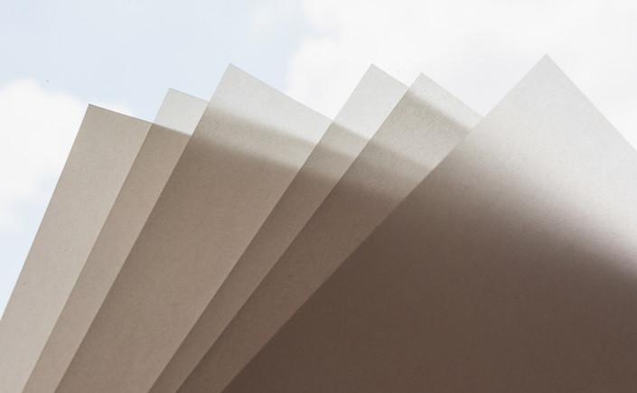 Transparentpapier ist zurück im kreativen Fokus. Die umfangreiche Papiersorte Transparent Premium mit vielen Formaten und Grammaturen stellen wir hier vor.