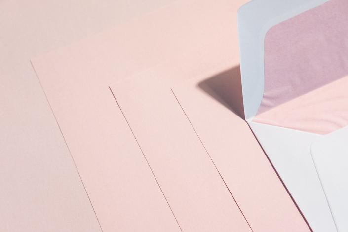 rosa-gefutterte-umschlag-zu-rosa-papier