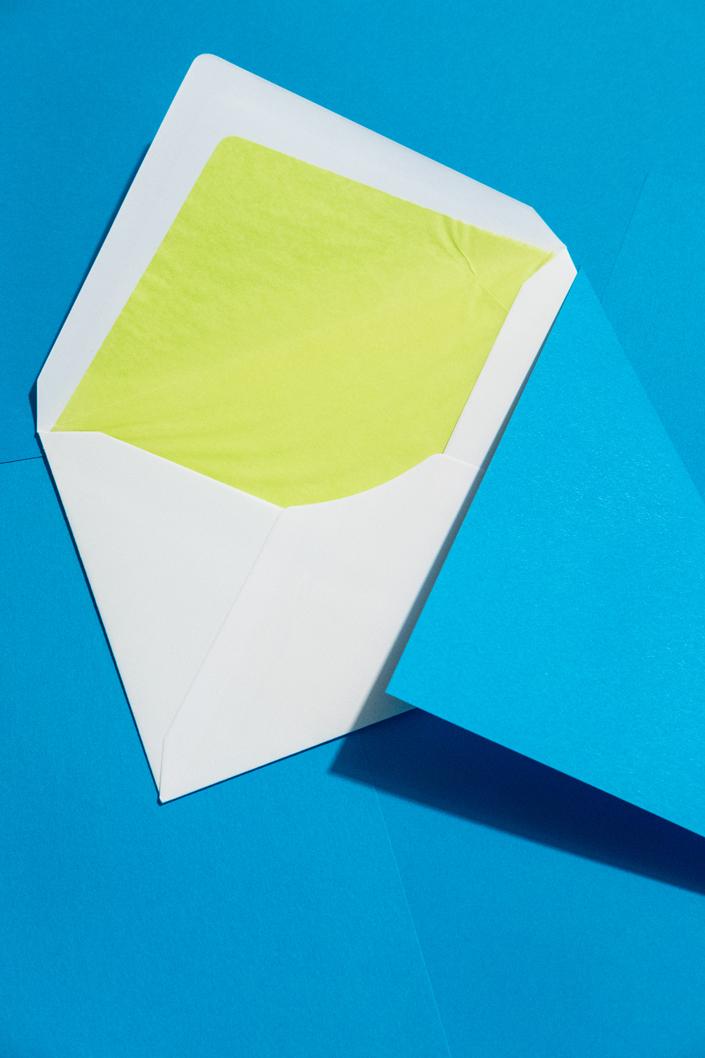 umschlag-mit-farbfutter-hellgruen-mit-karibischblauem-papier
