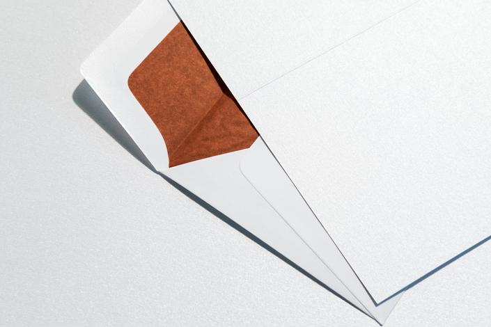 huelle-mit-farbfutter-rot-zur-metallic-karte
