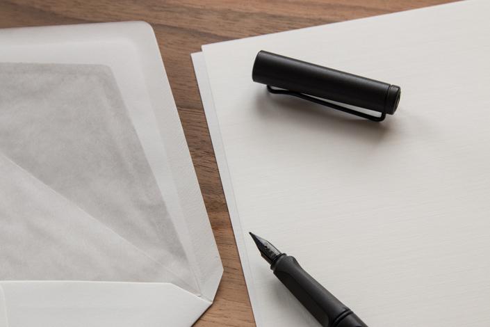 Leinenpapier ist vielseitig einsetzbar. Auf blog.papierdirekt.de stellen wir den Tausendsassa auf der verschwimmenden Grenze zwischen Business- und Imagepapier vor.
