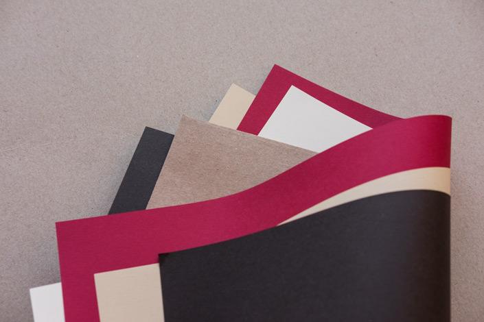 Kraftpapier kombiniert mit rotem und schwarzen Papier