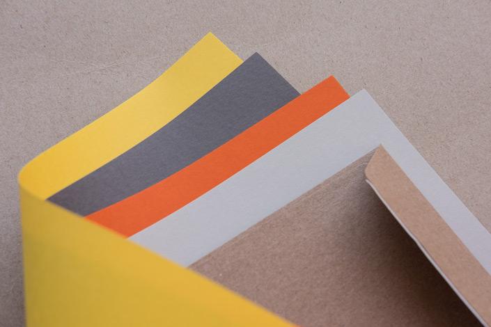 Kraftpapier Umschläge DIN C6 kombiniert mit Papieren in Gelb, Orange und Grautönen