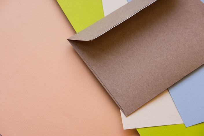 Auf blog.papierdirekt.de zeigen wir unsere neuen C6 Umschläge aus Kraftpapier Muskat. Sie sind vielseitig verwendbar. So können Sie die Briefhülle für Weihnachten und andere Gelegenheiten kombinieren.