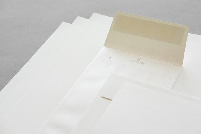 Sirio Pearl ist ein metallisches Feinpapier,das neben Blättern auch Karten und verschiedene Hüllen bietet. Auf blog.papierdirekt.de stellen wir die Sorte vor.