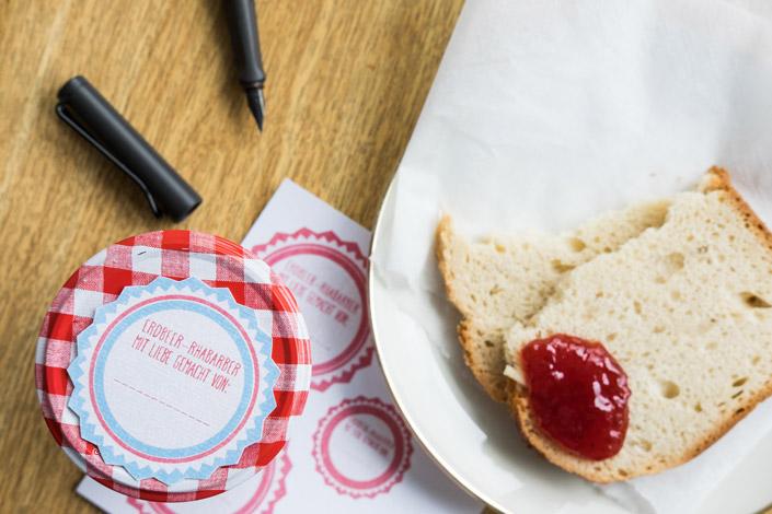 Wir haben 3 Vorlagen für Marmeladenetiketten gestaltet, die Sie kostenfrei herunterladen können. Ein kleines Ostergeschenk für Marmeladenliebhaber.