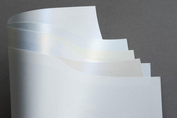Suchen Sie ein Papier, das die Ästhetik Ihrer Feier wiedergibt? Unsere Papiersorte Metallics schimmernd mit ihrem edlen Erscheinen ist genau das Richtige.