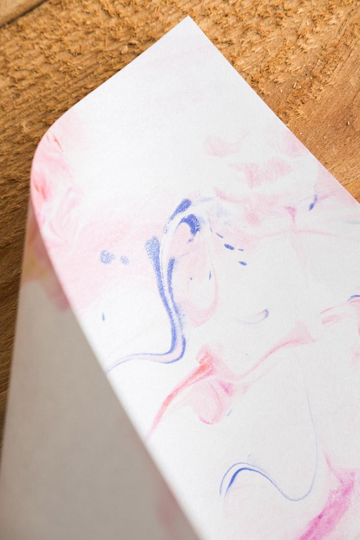 Papier marmorieren leicht gemacht. Wir zeigen Ihnen, wie es geht und was in unseren Versuchen mit Rasierschaum und diversen Papieren entstanden ist.