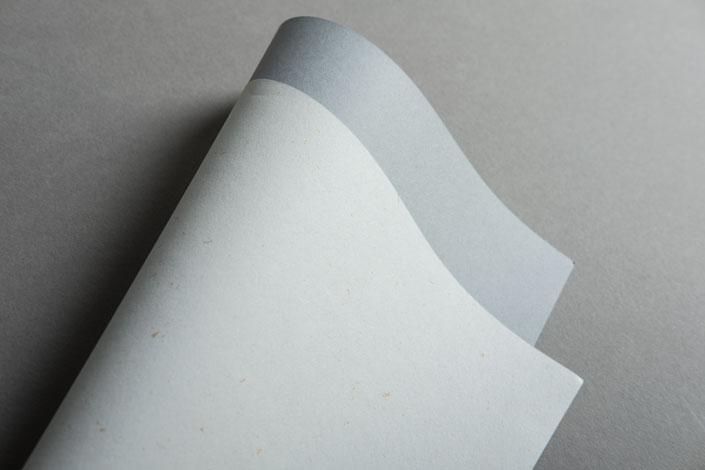 Unsere Papiersorte Countryside Mistral hat das Zeug zum Star, beherrscht aber auch die leisen Töne. Im Papier Direkt Blog stellen wir die Sorte vor.