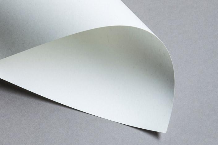 Die Farbe Grau ist oft viel besser als ihr Ruf, gerade im November. Wie Grau Ruhe erzeugt und andere Farben zum Strahlen bringt, zeigen wir ihnen im Blog.