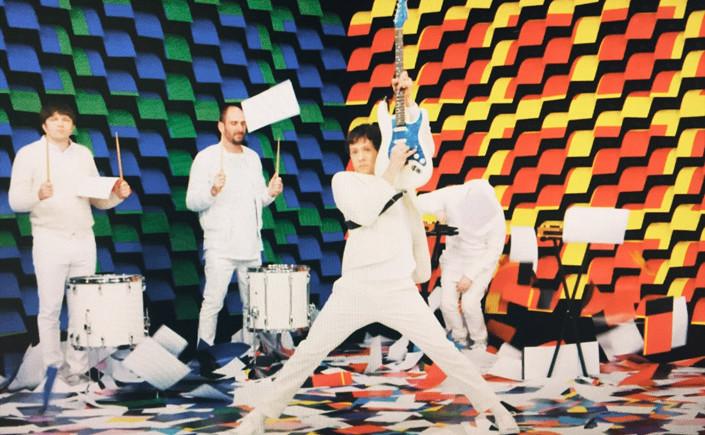 Unser Weihnachtsgruß an Sie: Im Video zum Song Obsession von OK GO gibt es den außergewöhnlichen Einsatz von 567 Druckgeräten und reichlich Papier zu sehen.