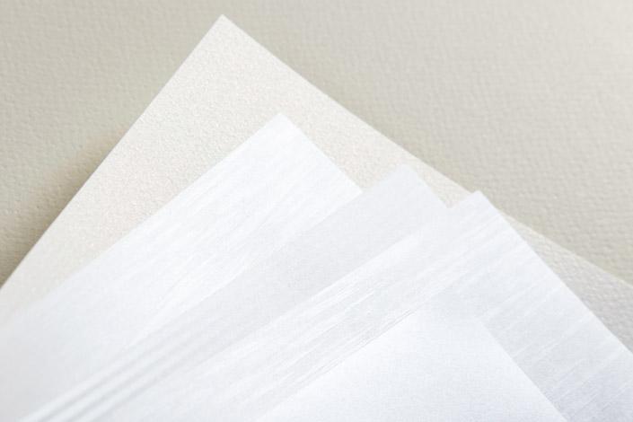 Das Papier Merida Pearl schafft mit Leichtigkeit die Verbindung von Eleganz und Natürlichkeit. Wir stellen das schimmernde Feinpapier im Papier Direkt Blog vor.