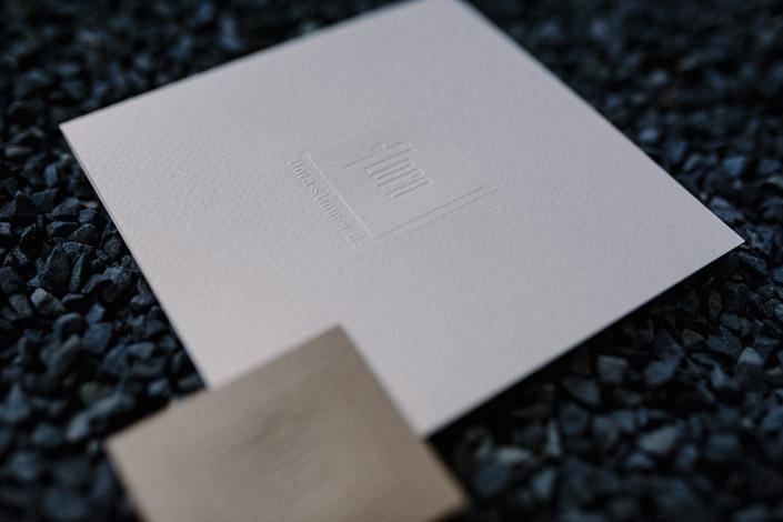 Solveig Herrmann hat mit einer Papeterie aus Merida Pearl ein wundervolles Zusammenspiel von Material, Design und Veredelung geschaffen. Müssen Sie sehen!