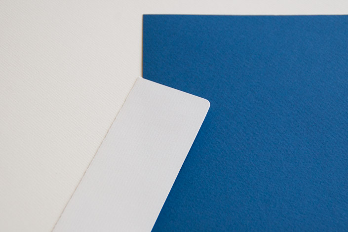 Das Strukturpapier Tintoretto Ceylon mit seiner Filzmarkierung mixt den Charme eines Künstlerpapiers mit der Druckqualität eines Feinpapiers. Jetzt im Blog!