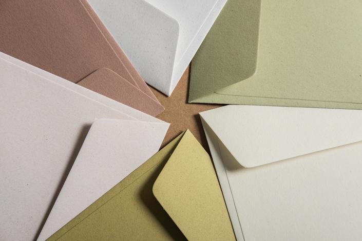 Umschläge aus Feinpapier Crush in den Farben Corn, Citrus, Grape, Almond, Olive und Kiwi