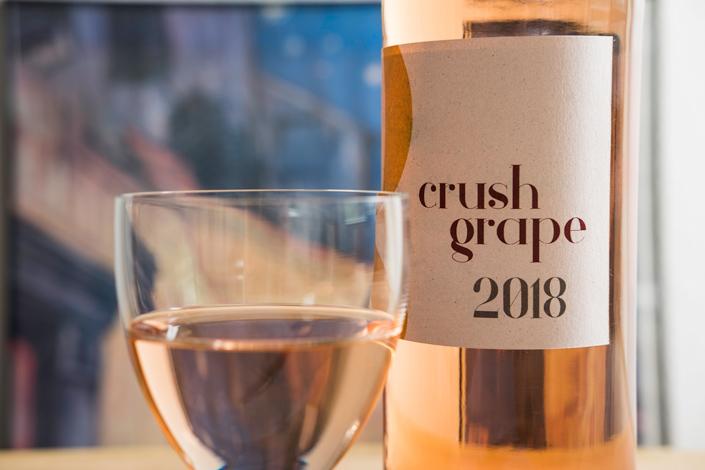 Everything happens for a Riesling! Crush Grape, das Papier aus Weintrauben, ist das perfekte Papier für Winzer und Weinlokale. Lernen Sie es kennen!