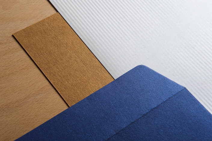 Wenn sie sich von glänzenden Dingen magisch angezogen fühlen, ist die Papiersorte Jade Ihr Papier. Wir stellen Ihnen das italienische Feinpapier vor.