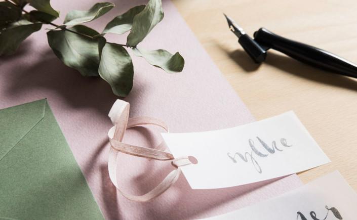 Unschlüssig, wie Ihre Hochzeitspapeterie aussehen soll? Wir liefern Inspiration von sieben Designern, die eine individuelle natürliche Papeterie gestalten.
