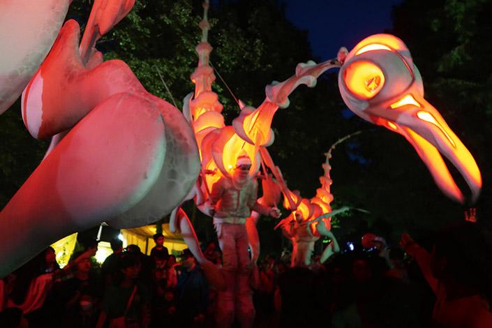 Lust auf ein Event, bei dem Circus und Performancekunst auf einen alternativen Weihnachtsmarkt treffen? Verpassen Sie nicht das Tollwood Winterfestival!