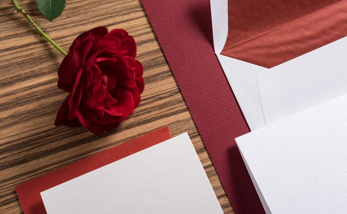 Welcher Hochzeitspapeterie-Stil drückt Ihre Persönlichkeit am besten aus? Heute zeigen wir Ihnen klassische Hochzeitspapeterie und dazu passende Papiere.