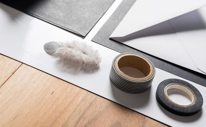 Hier im Papier Direkt Blog zeigen wir Ihnen die inspirierende Arbeit von sieben Designern, die schwarz-weiße Papeterie gekonnt inszenieren.