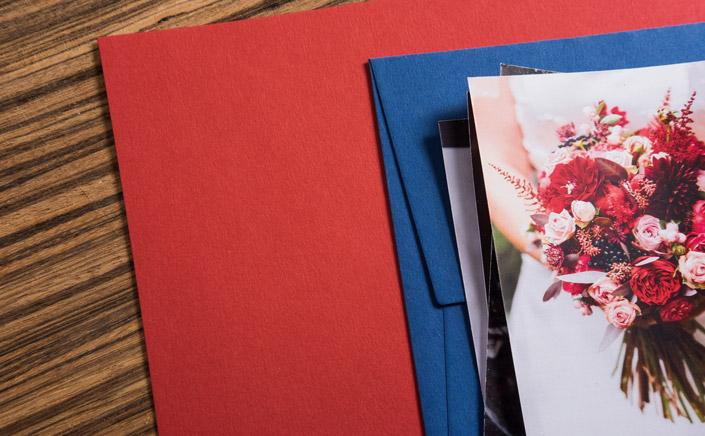 Wir zeigen Ihnen, wie Sie als Hochzeits- oder Familienfotografen Ihren Kunden Fotos präsentieren und überreichen können und dabei Ihr Branding stärken.