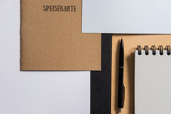 Leinenpapier ist der Papier-Klassiker für die persönliche Korrespondenz. Wir zeigen, was Sie mit dem Strukturpapier noch so anstellen können.