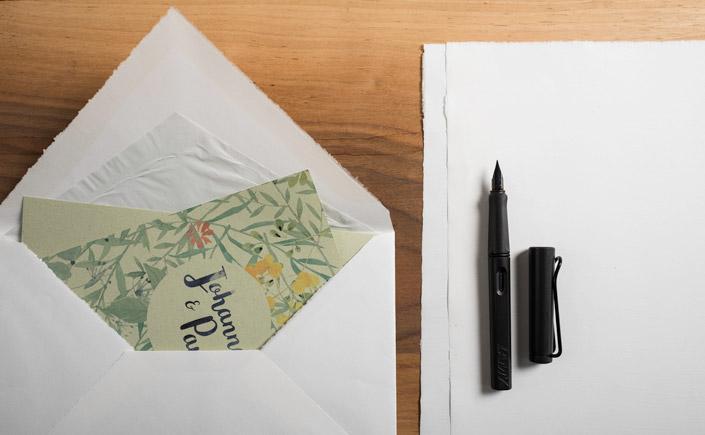 Crush ist besonders: 15 % des Rohstoffs sind Reste der Lebensmittelindustrie. Wir stellen das Papier in der Artikelserie 7 Nachhaltige Papiere vor.