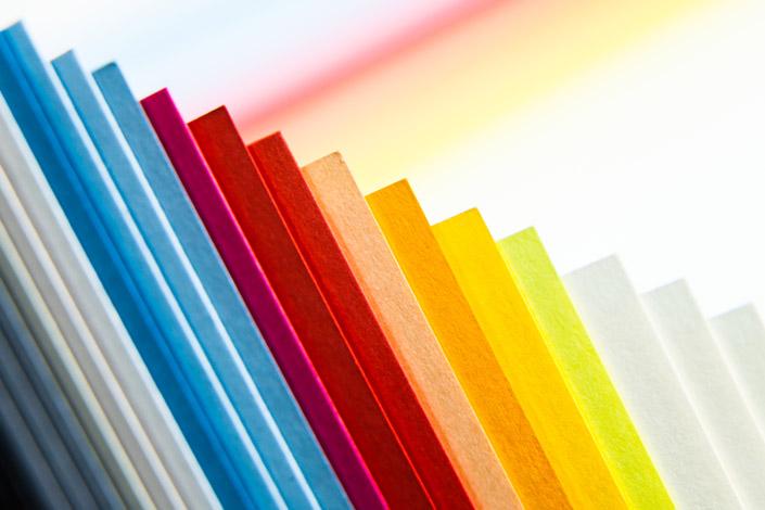 Dahlien in vielen Farben und Formen schmücken die Gärten. Dem Feuerwerk der Farben stellen wir eine prächtige Farbauswahl aus unseren Papieren gegenüber.