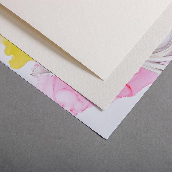 Das Luma Aquarellpapier ist in Kooperation mit der Künstlerin Nashi entstanden. Wir sprechen mit ihr über das Papier und den Charakter auf dem Deckblatt.