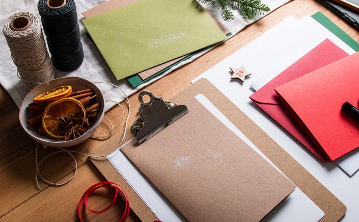 Taucht mit uns ein in die Inspirationen zu Weihnachten, die Tradition mit DIY mixt. Besonders die Selbermacher stehen nämlich auf die kräftigen Farbtöne.