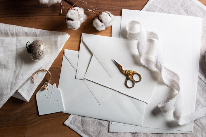 Wir zeigen Euch eine Weihnachtsinspiration für Liebhaber puristischer Gestaltung. Klassisch, aber immer neu & immer charmant: Weiß mit Gold oder Silber!