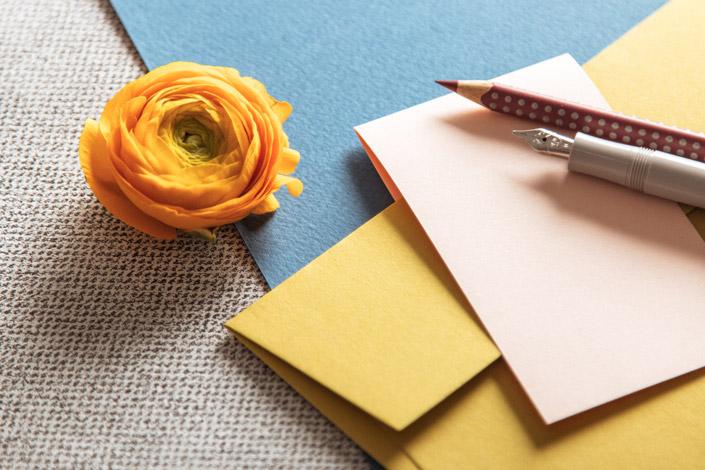 Farbmix verschiedener Papiere zur Designwelt Blazing Hotchpotch der Paperworld 2020. Im Papier Direkt Blog.