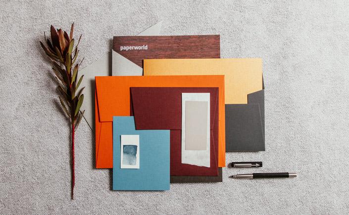 Unaufgeregte Perfektion, lässig und minimalistisch umgesetzt. Die Designwelt Noble Barrique der Paperworld 2020. Hier seht Ihr Noble Barrique im Papiermix.