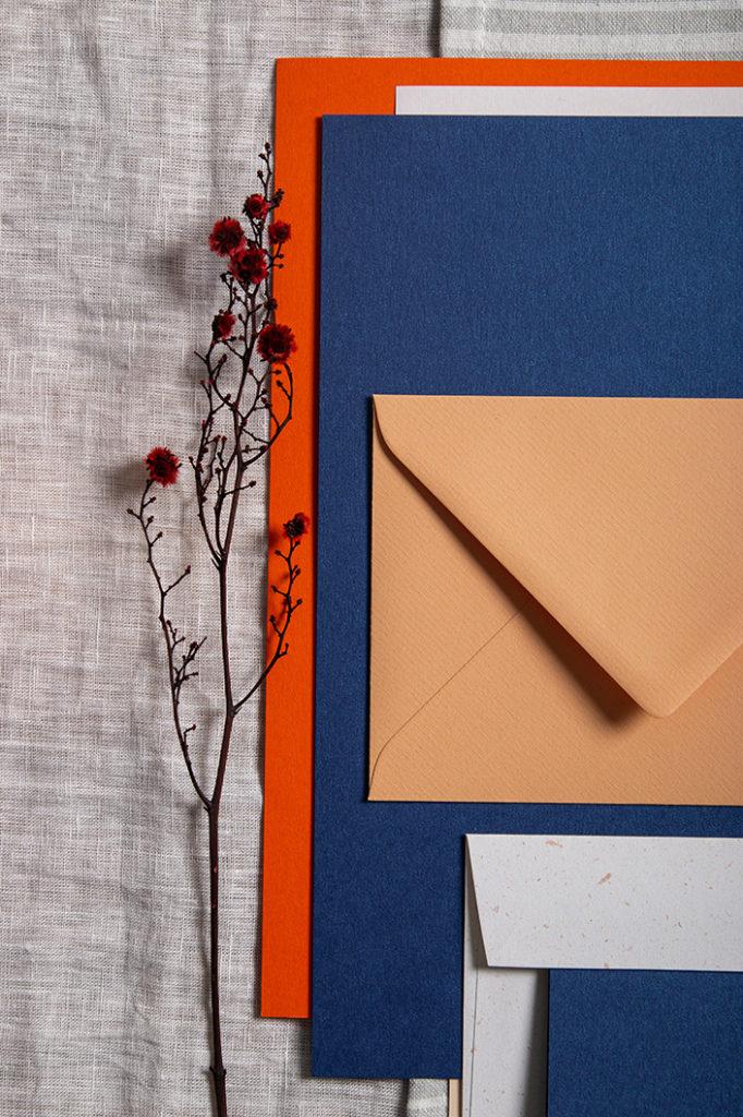 Classic Blue ist die Pantone Farbe des Jahres 2020. Wir sagen Euch, welche Bedeutung Pantone der Farbe beimisst und zeigen Euch 3 Papiere zu Classic Blue.