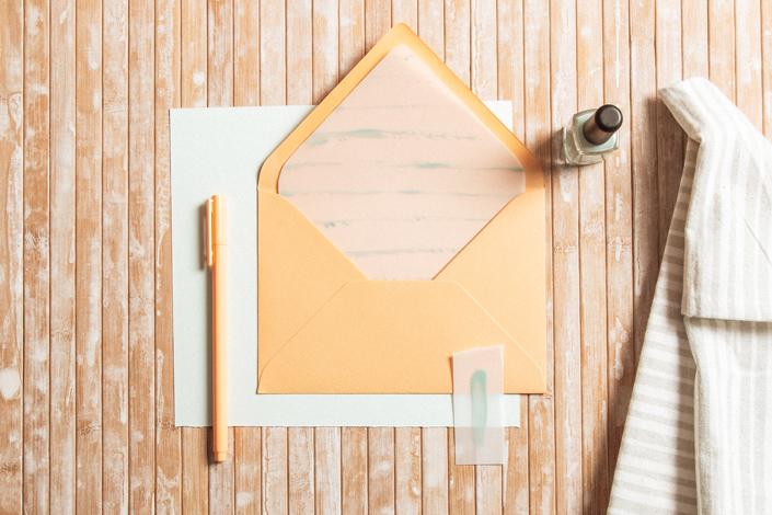Um Eure Umschläge zu Grußkarten noch individueller zu gestalten, könnt Ihr die Envelope Liner einfach selber machen. Wie das geht? Zeigen wir Euch hier!