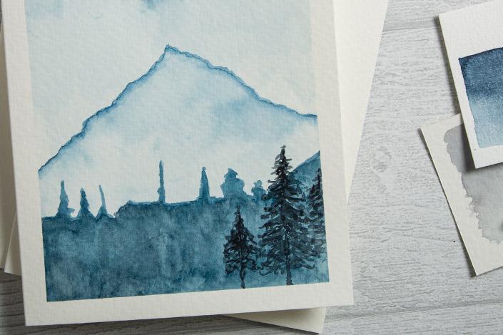 Blanko Aquarellkarte bemalt mit Watercolor Landscape in blauen Farbtönen