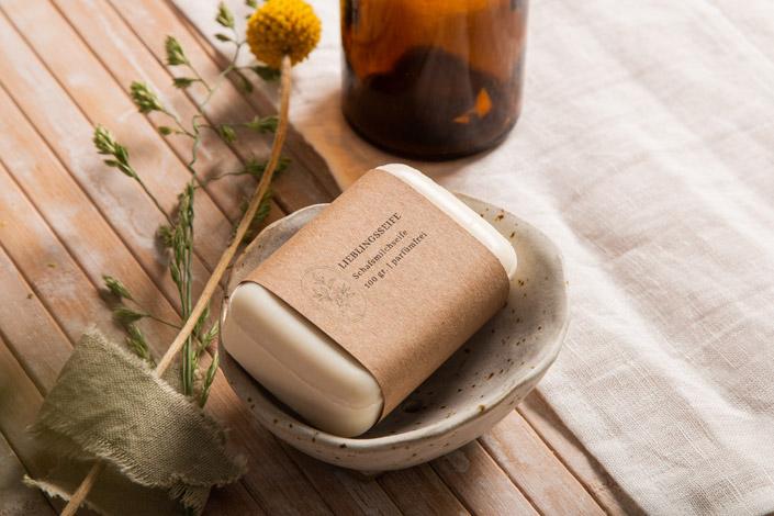 Seife mit Papierbanderole aus Kraftpapier Muskat. Ein nachhaltiges Papier für Branding und Verpackung nachhaltiger Produkte und Dienstleistungen.