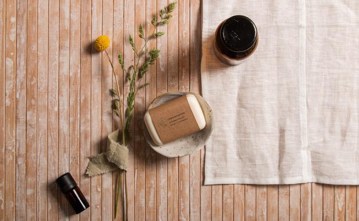 Kraftpapier Muskat für Branding und Verpackung nachhaltiger Kosmetik. Seife mit Papierbanderole aus Kraftpapier.
