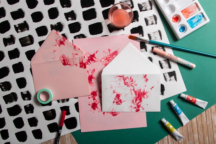 Wir zeigen Euch, wie Ihr mit einfachen Mitteln Papier selbst marmorieren könnt. Alles über die Technik und die Papiere erfahrt Ihr im Papier Direkt Blog.