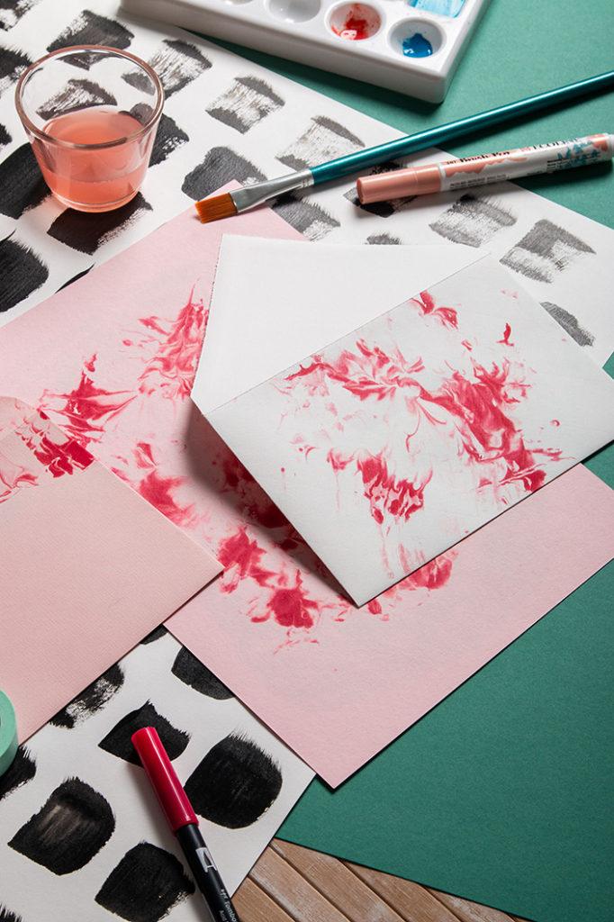 Wir zeigen Euch, wie Ihr mit Euren Kindern Papier selbst marmorieren könnt und das mit ganz einfachen Mitteln. Alles über die Technik und die Papiere erfahrt Ihr im Papier Direkt Blog.