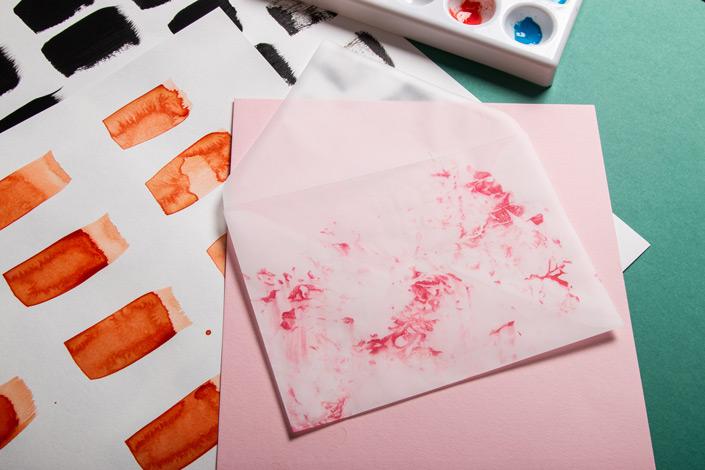 Ihr wollt für Eure Papeterie einen besonderen Look? In unserem heutigen DIY-Tipp zeigen wir Euch, wie Ihr mit einfachen Mitteln Papier selbst marmorieren könnt!