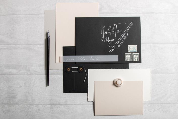 Schwarze Kuverts mit Bindfadenverschluss. Für die Hochzeitspapeterie oder andere kreative Felder. Im Papier Direkt Blog erfahrt Ihr mehr!